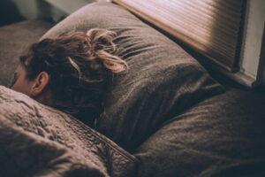 【睡眠】すぐ寝れる?睡眠の効果が期待できるBGMを10曲紹介【ヒーリング】